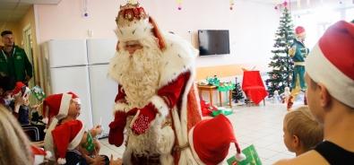 В краевом центре охраны материнства и детства побывал всероссийский Дед Мороз из Великого Устюга