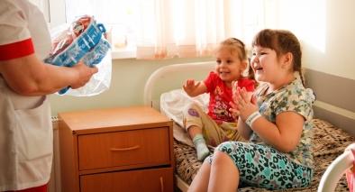 Для маленьких пациентов детских отделений было сформировано более 600 наборов новогодних подарков.