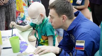 Космонавт Николай Тихонов посетил маленьких пациентов отделение онкологии и гематологии