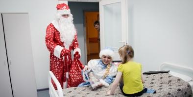 Полицейский Дед Мороз и Снегурочка посетили Красноярский краевой клинический центр охраны материнства и детства